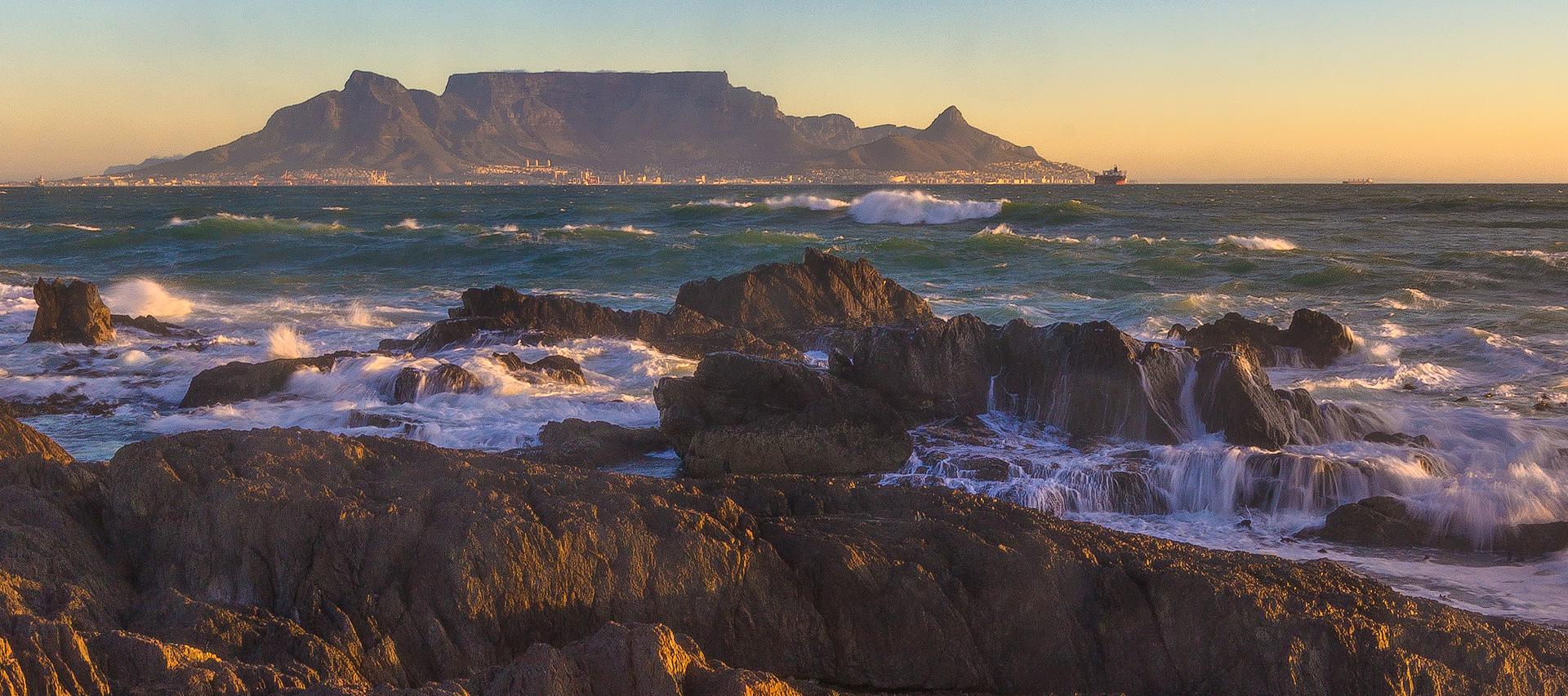 Aussicht vom Bloubergstrand zum Tafelberg in Kapstadt Südafrika.