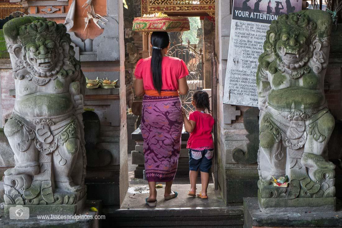 Tempelbesuch in Bali - Regeln auf Schildern beachten