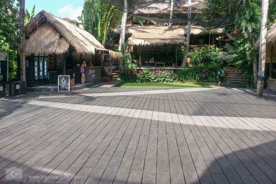 Innenhof mit Restaurant im Yoga Barn