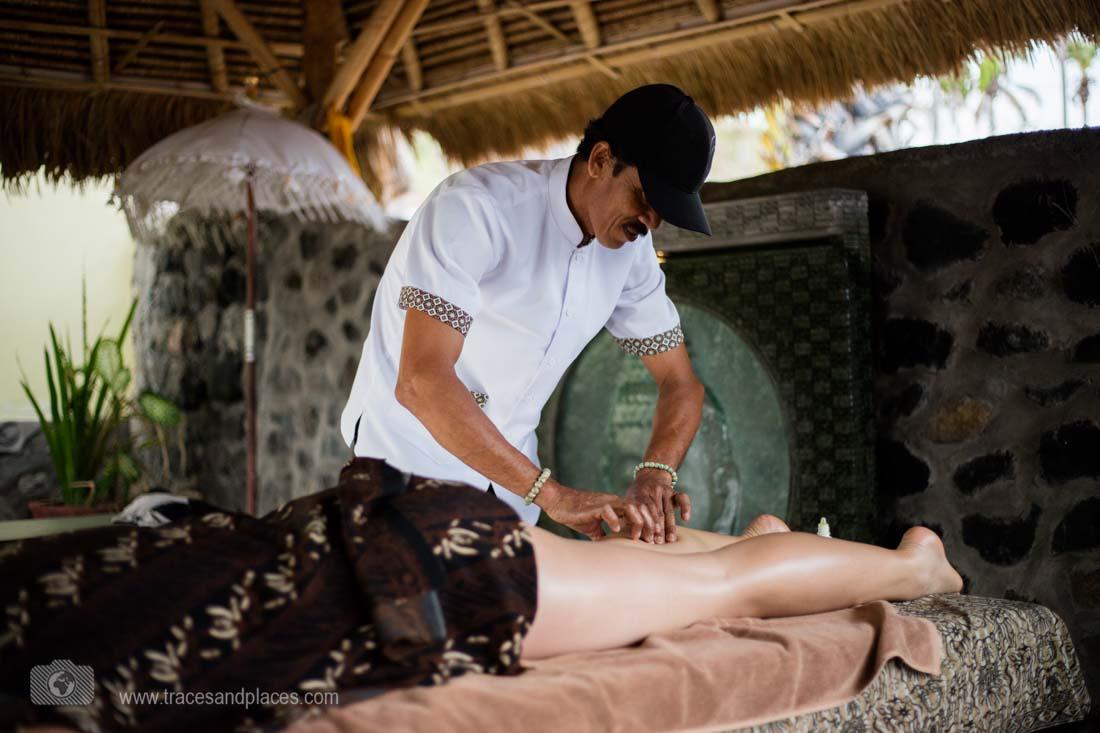 Entspannende Massage im Garten der Villa Arjuna