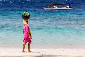 Sandstrand mit Obstverkäuferin