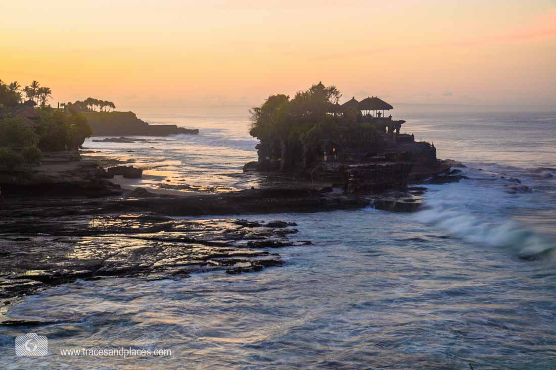 Der Tempel Tanah Lot bei Sonnenaufgang