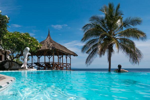 villja arjuna pool mit Blick auf das Meer