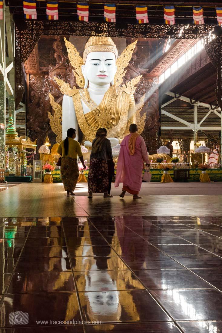 Besucher beim sitzende Buddha in Nga Htat Gyi Pagoda in Yangon