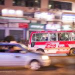 Bus in Yagons Strassen nachts