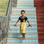 Kind bei Tempelbesuch in Bago