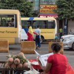 Marktfrau in Yangons Strassen
