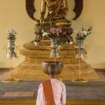 Nonne betet in Tempel in Bago