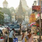 Nonnen am Eingang der Shwedagon Pagode