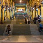 Treppe zur Shwedagon Pagode_