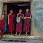 Besuch bei Mönchen in einem Kloster in Yangon