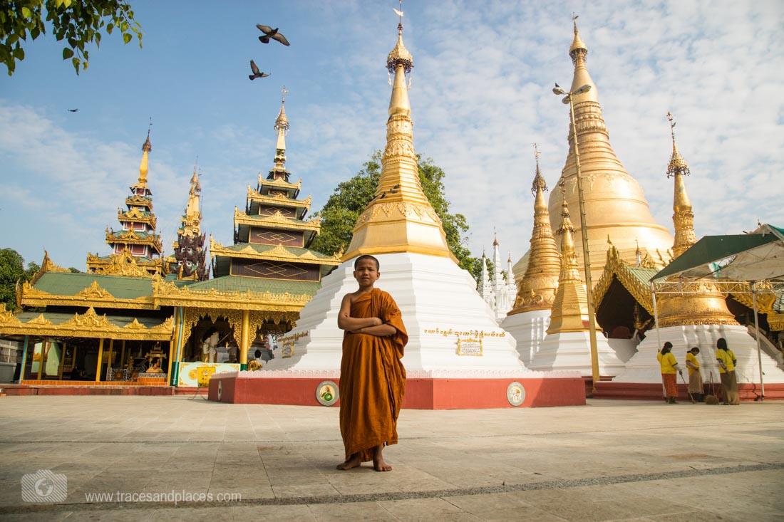 Mönch bei Shwedagon Pagode_