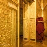 Mönch im Inneren der Botataung Pagode