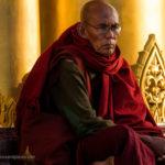Mönch in Shwedagon Pagode im reflektierten Licht der Pagode