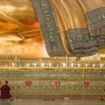 Mönch vor liegenden Buddha in Chaukhtatgyi Paya Yangon