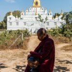 Mönch vor ManawSeikDokePa Pagode in Bago