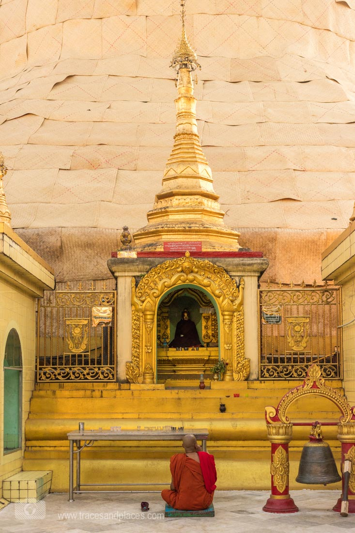 Mönch vor Sule Pagode in Yangon