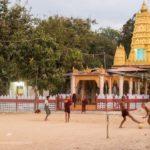Mönche beim Fussball spielen in Bago