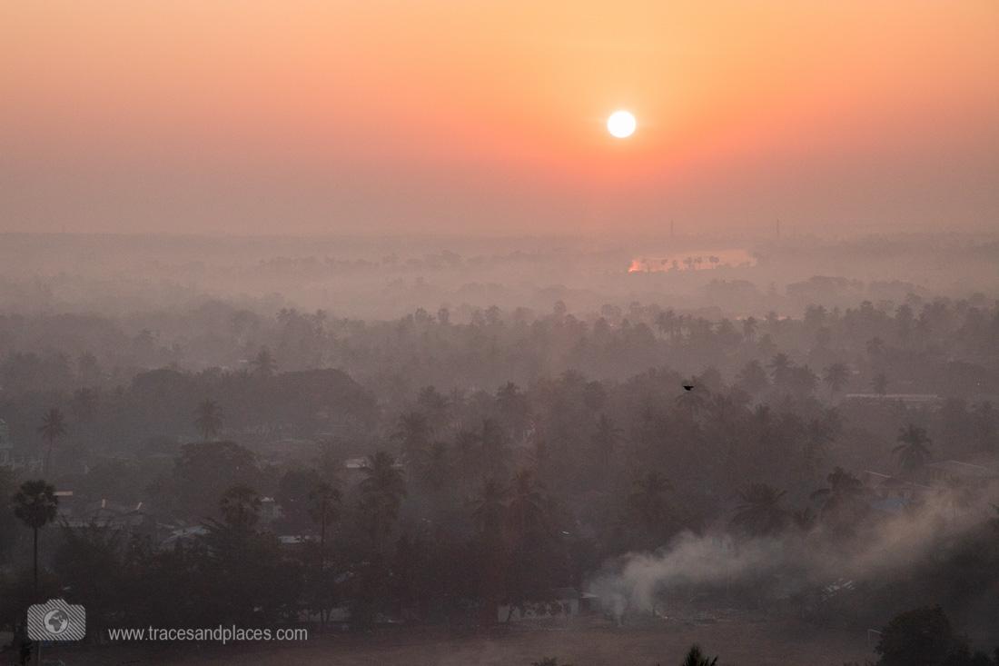 Aussicht von Kyaik Than Lan Pagode bei Sonnenaufgang in Mawlamyaing