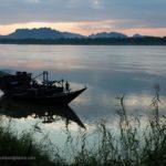 Boot auf dem Thanlyin Fluss zum Sonnenuntergang in Hpa-an