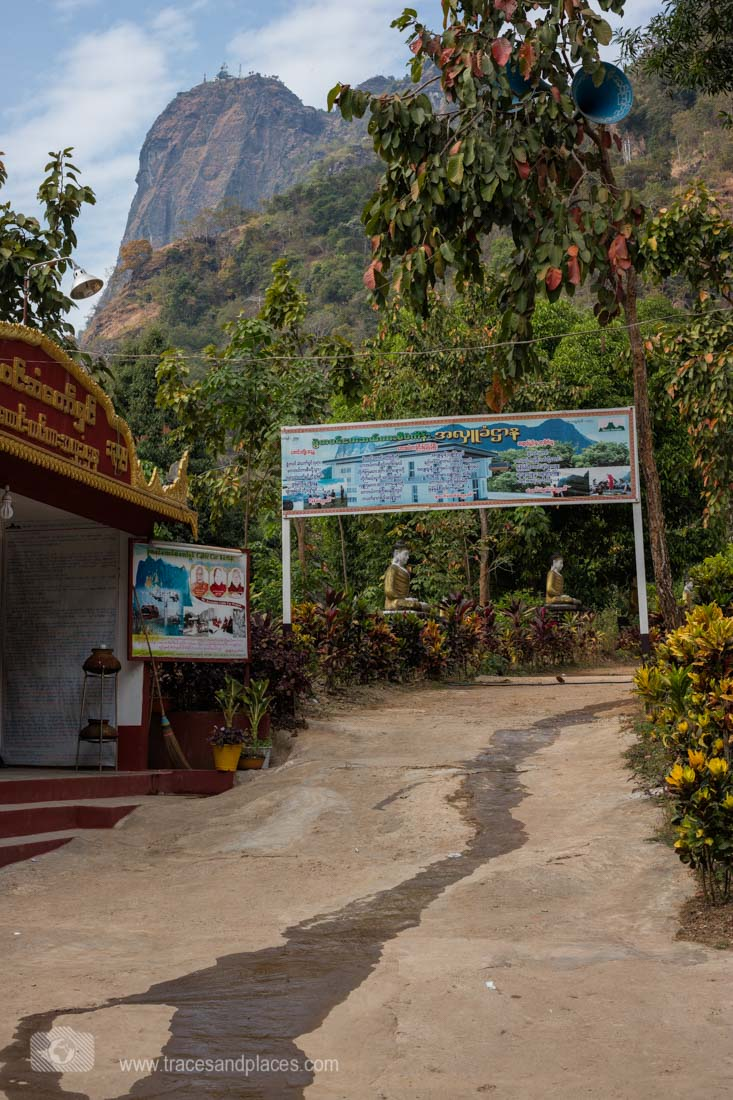 Eingang zur Wanderung zum Zwe Kabin (im Hintergrund mit Kloster)
