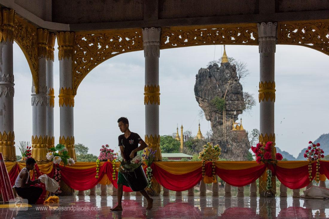 Feierlichkeiten in einem Tempel bei der Kyauk Ka Lat Pagode