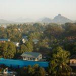 Hpa-an in Myanmar mit Blick auf die Berge
