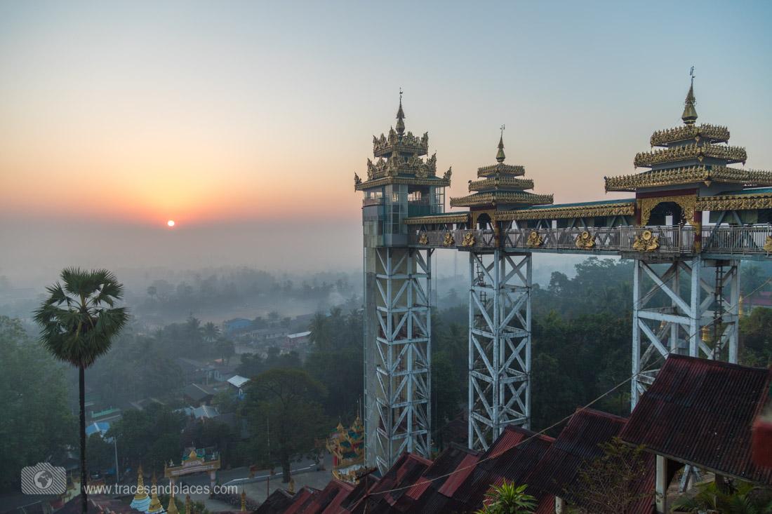 Oestlicher Eingang von Kyaik Than Lan Pagode bei Sonnenaufgang in Mawlamyaing
