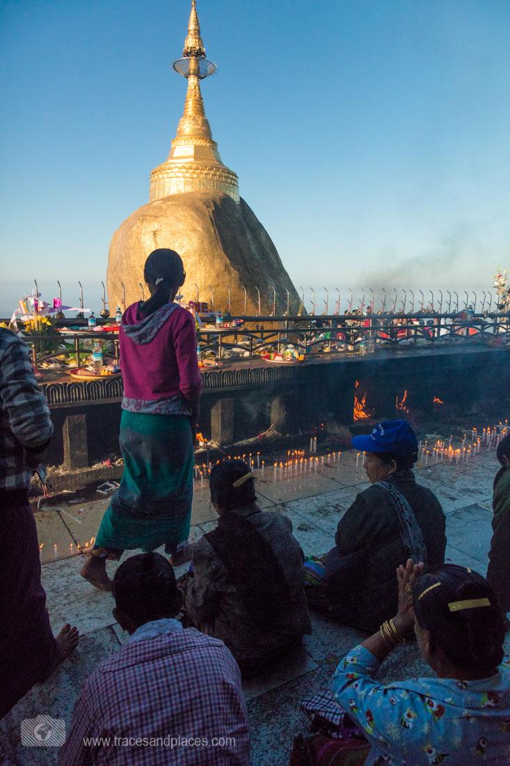 Vor dem Felsen zünden die Pilger Kerzen an und beten