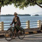Radfahrer am Fluss von Mawlamyaing