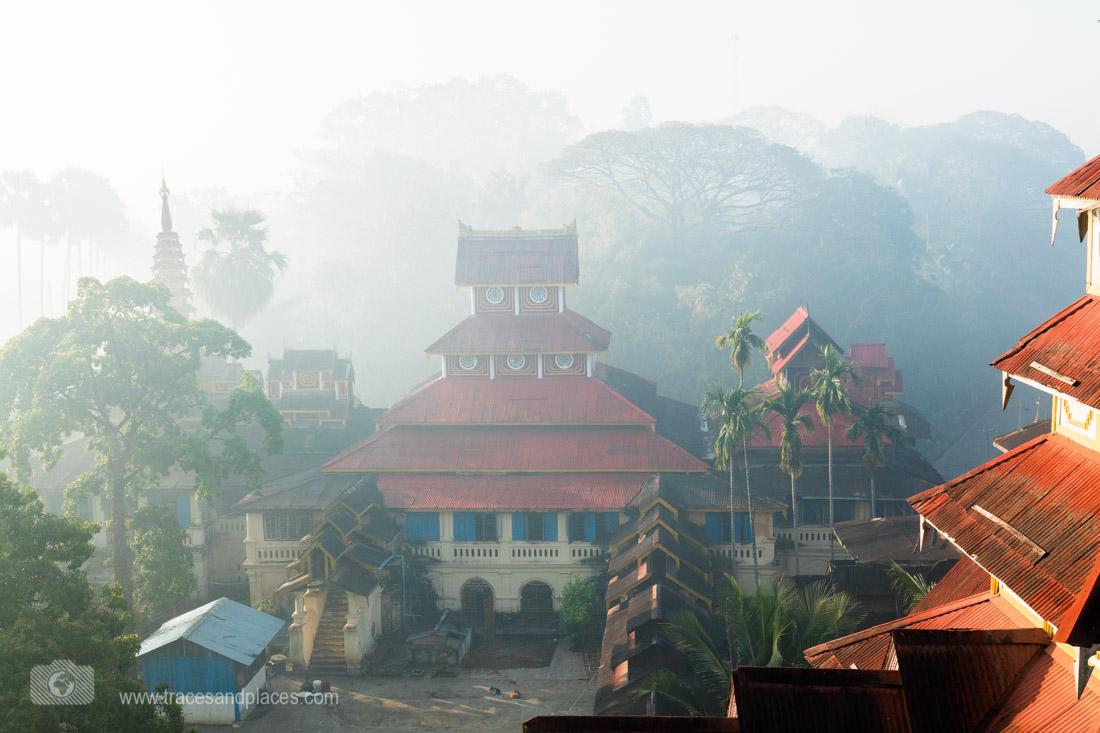 Gebäude im Morgennebel bei Kyaik Than Lan Pagode in Mawlamyaing
