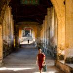 Kleiner Mönch im Gang in Mawlamyaing