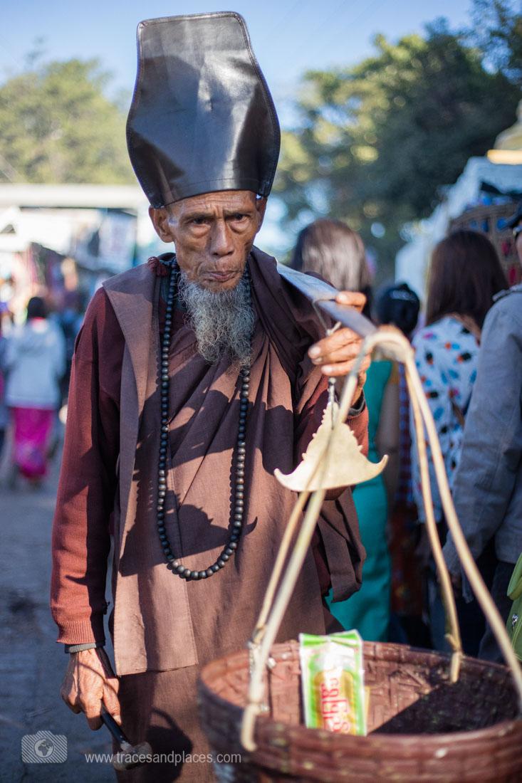 Mönche bitten um Spenden auf dem Weg zum Golden Rock