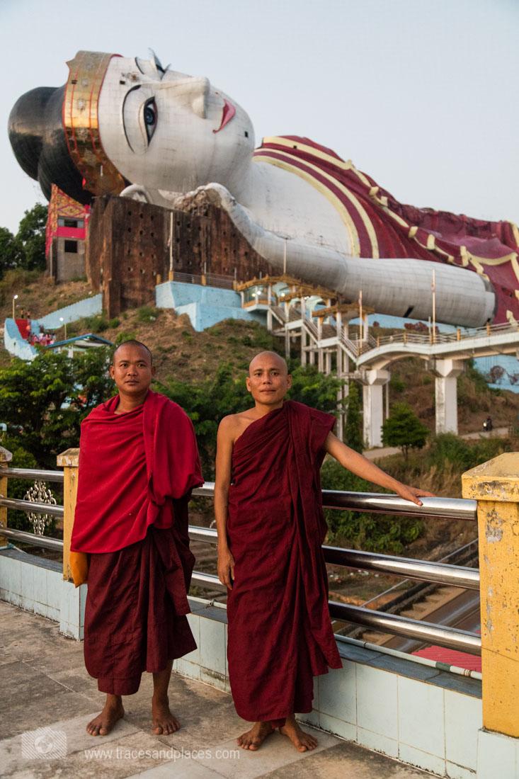 Mönche vor Zinathukha Yan Aung Chanta Buddha bei Mundo