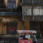 Verkäufer vor Kolonialhaus in Mawlamyaing