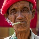 Alter Mann mit Zigarre beim Inle-See