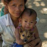 Junge Chinfrau mit Kindern und Hund