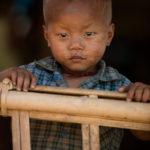 Kleiner Junge im Chin Dorf Mrauk-U