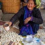 Marktfrau auf dem lokalen Markt beim Inle-See