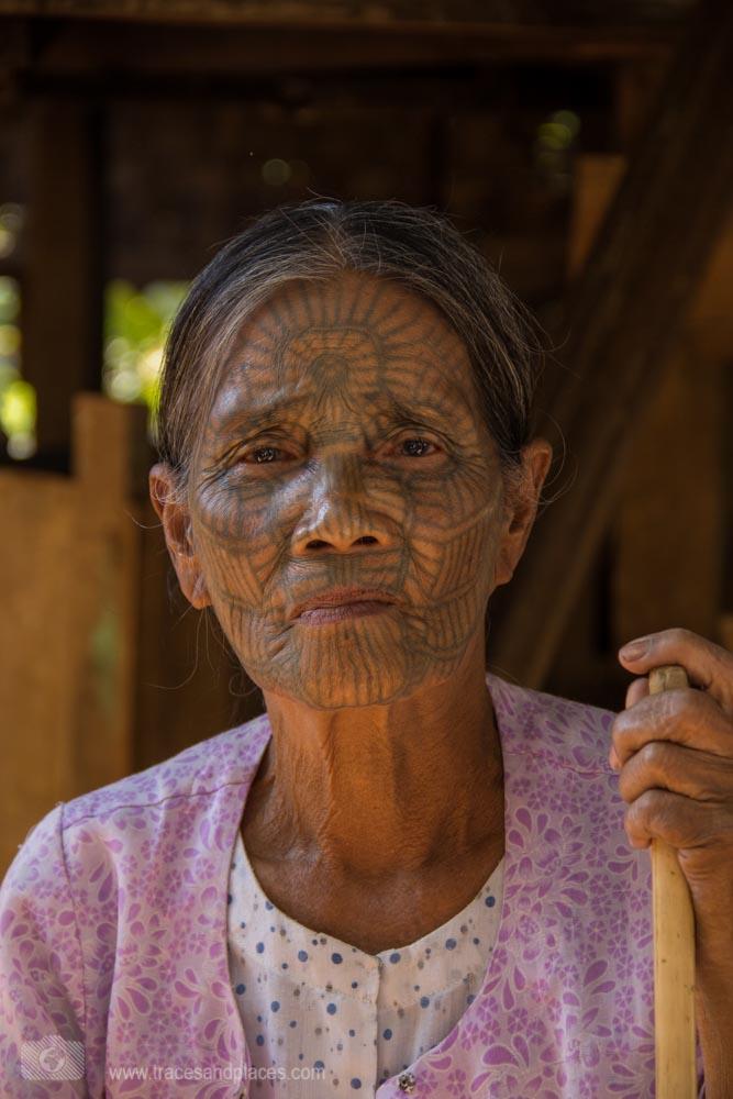 Frau mit tätowiertem Gesicht