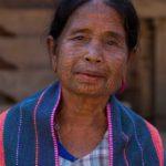 Tätowierte Chinfrau mit handgewebtem Tuch