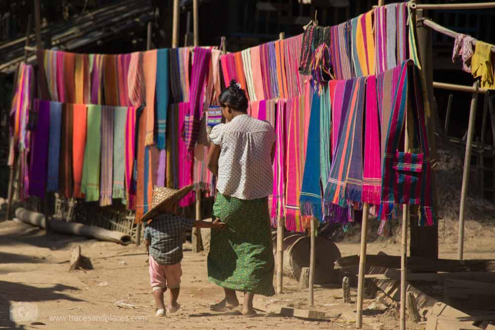 Handgewebte Tücher werden in den Chindörfern verkauft