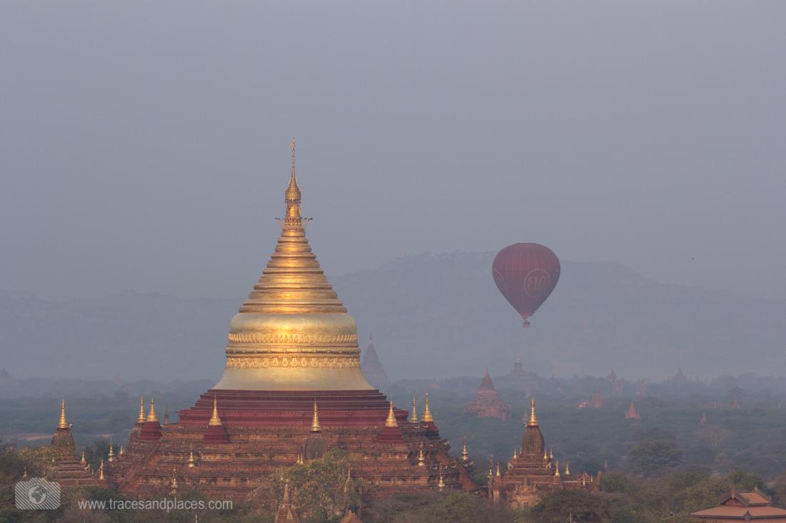 Dhammayazika Pagode mit Ballon