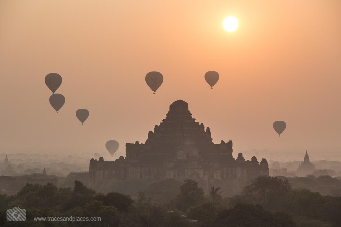 Dhammayangyi mit Ballonen