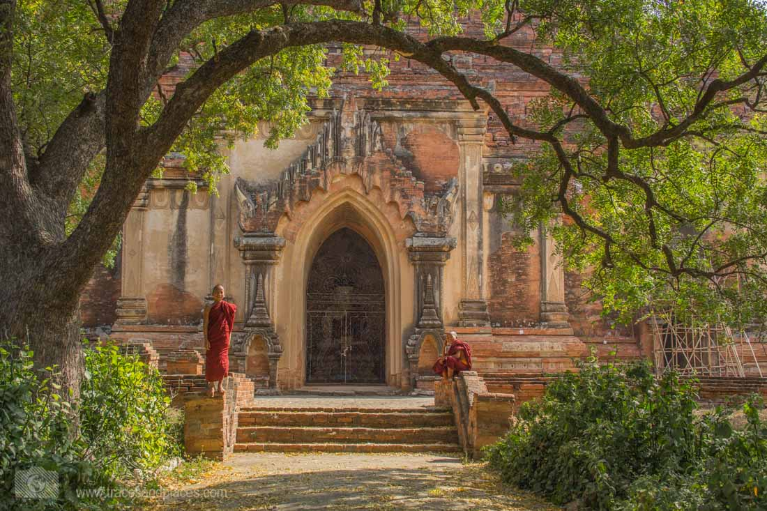 Mönche vor dem Sulamani Tempel