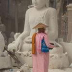 Nonne bei den Steinmetzen in Mandalay
